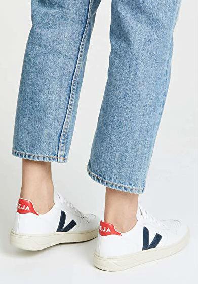 zapatillas-veja-blanca-azul-rojo-amazon-be-trendy-my-friend