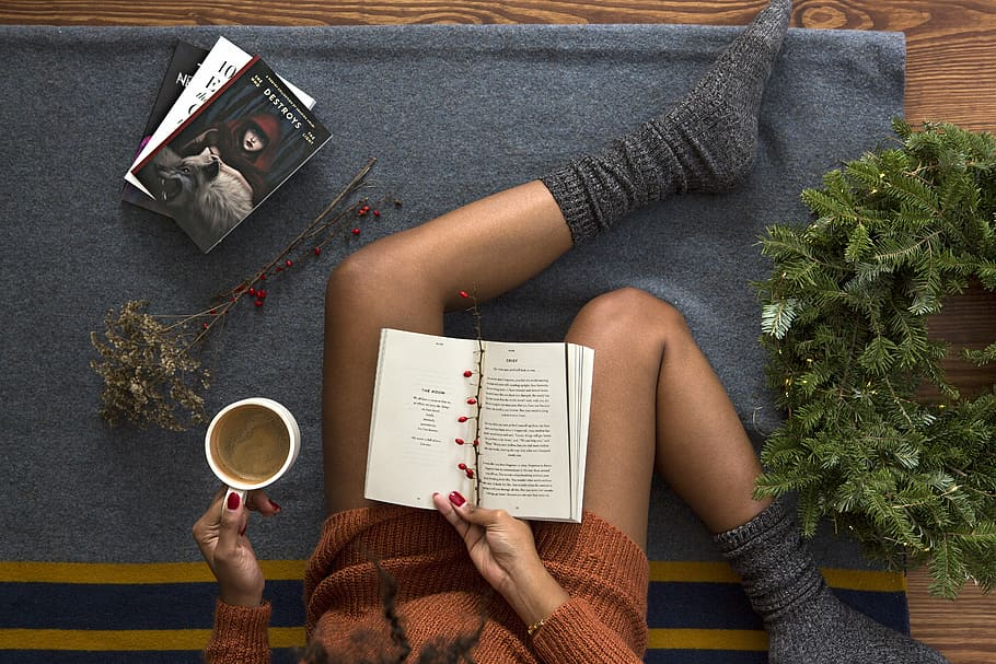 mujer-leyendo-con-calcetines-portada-be-trendy-my-friend